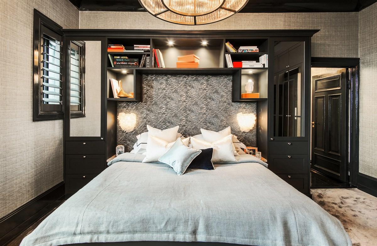 кровать изголовье лампы полки