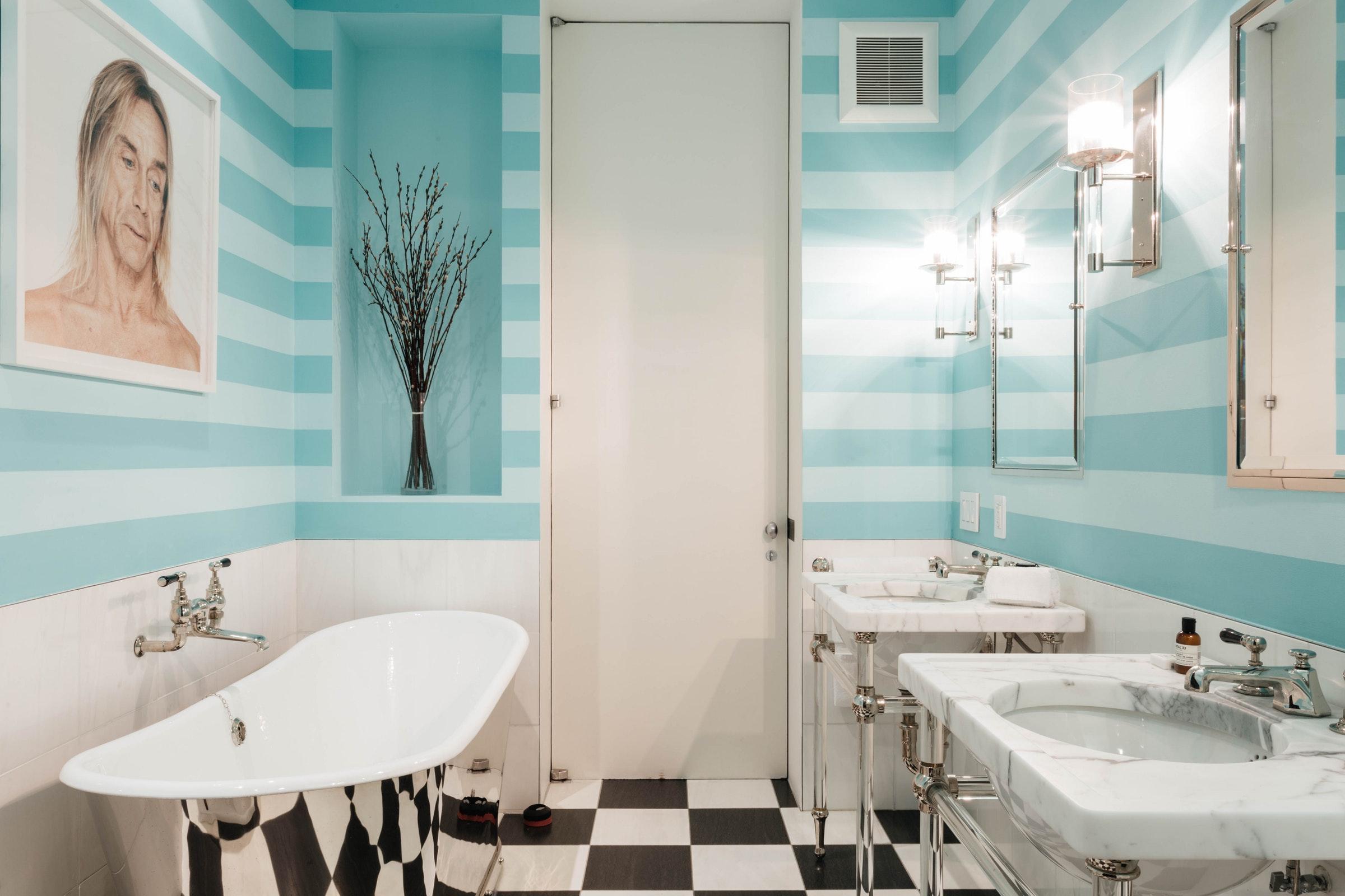 ванная комната раковина зеркало смеситель шахматная плитка настенные светильники