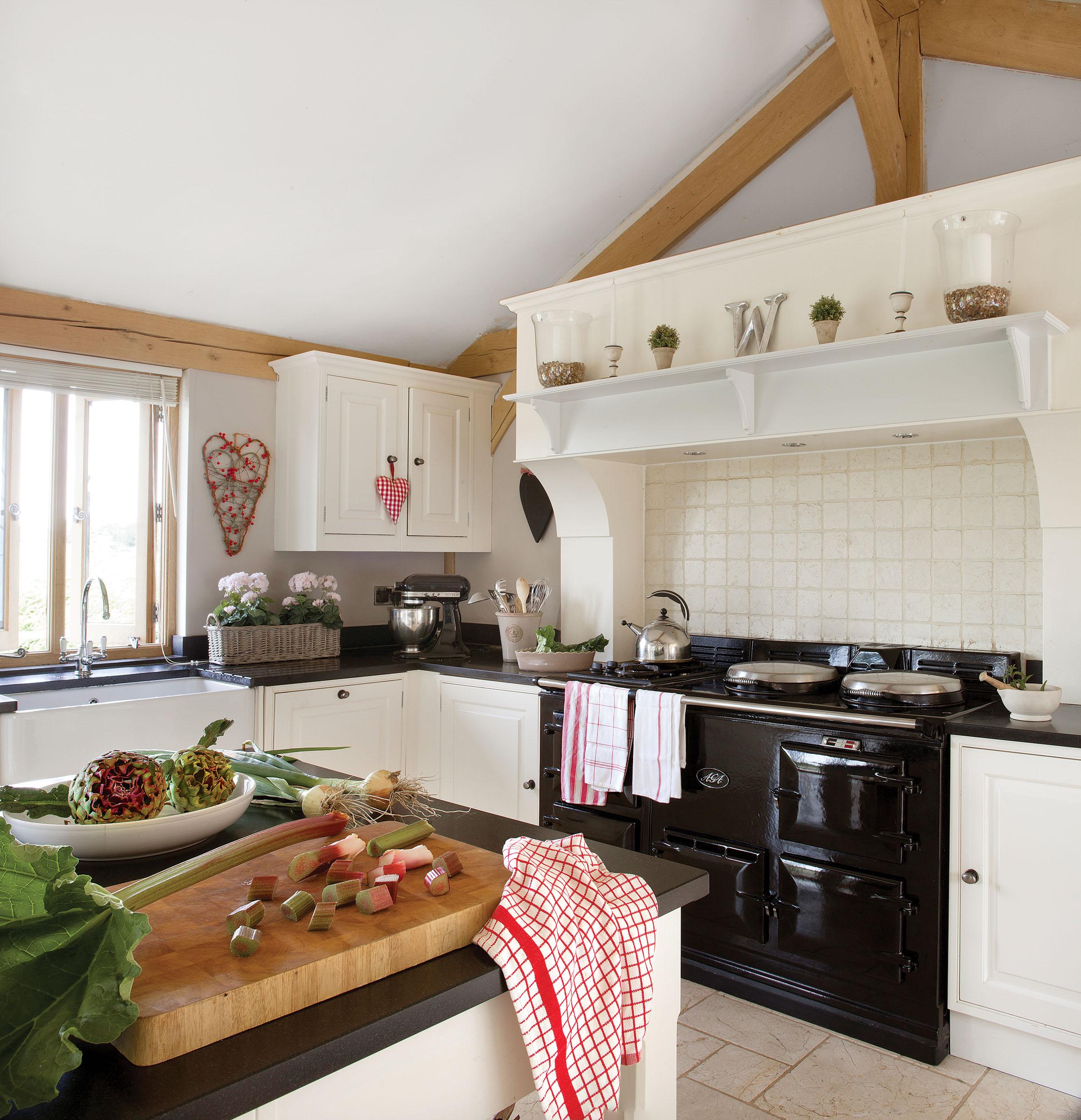белая кухня плита вытяжка плитка