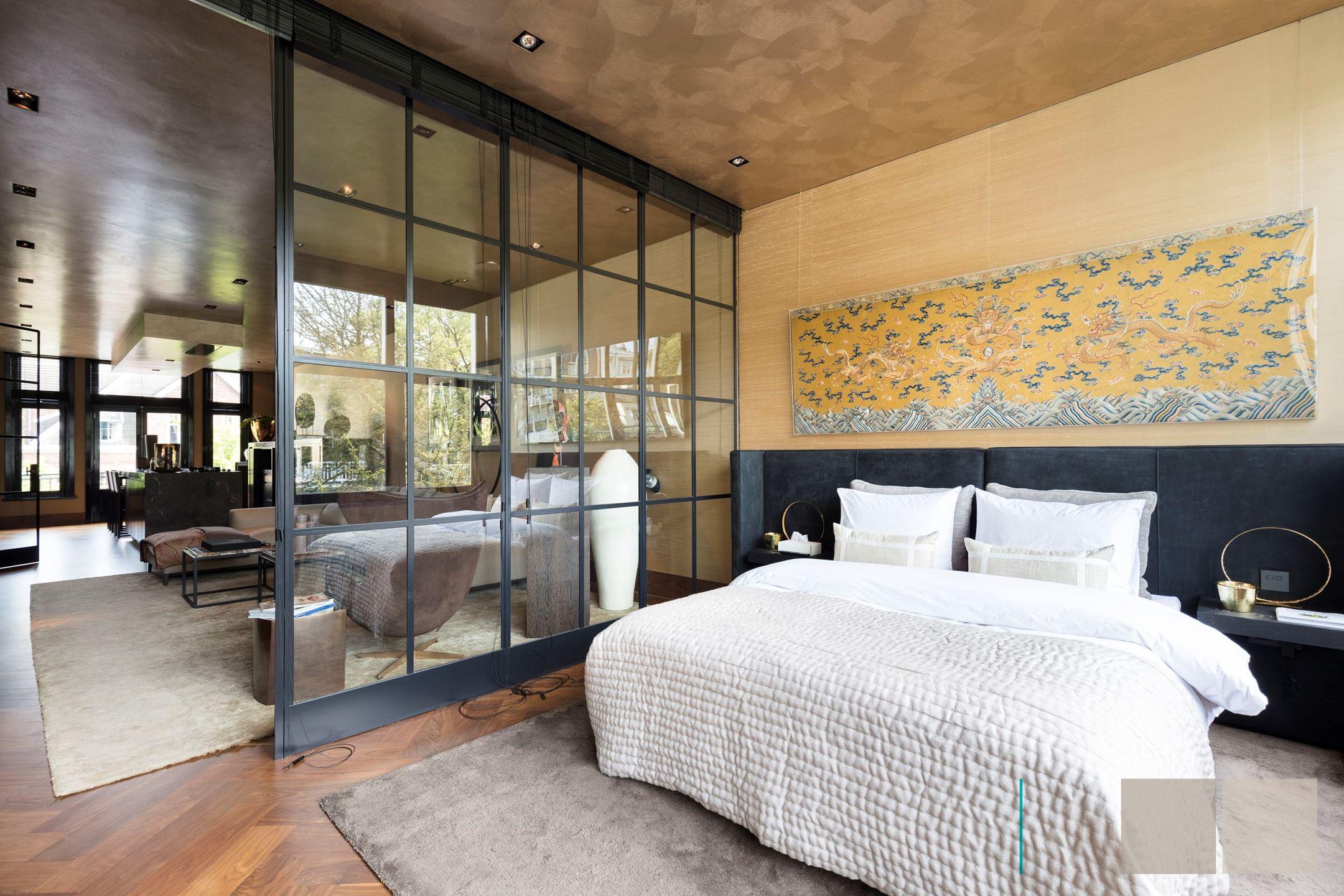 спальня межкомнатная стеклянная перегородка кровать изголовье панно