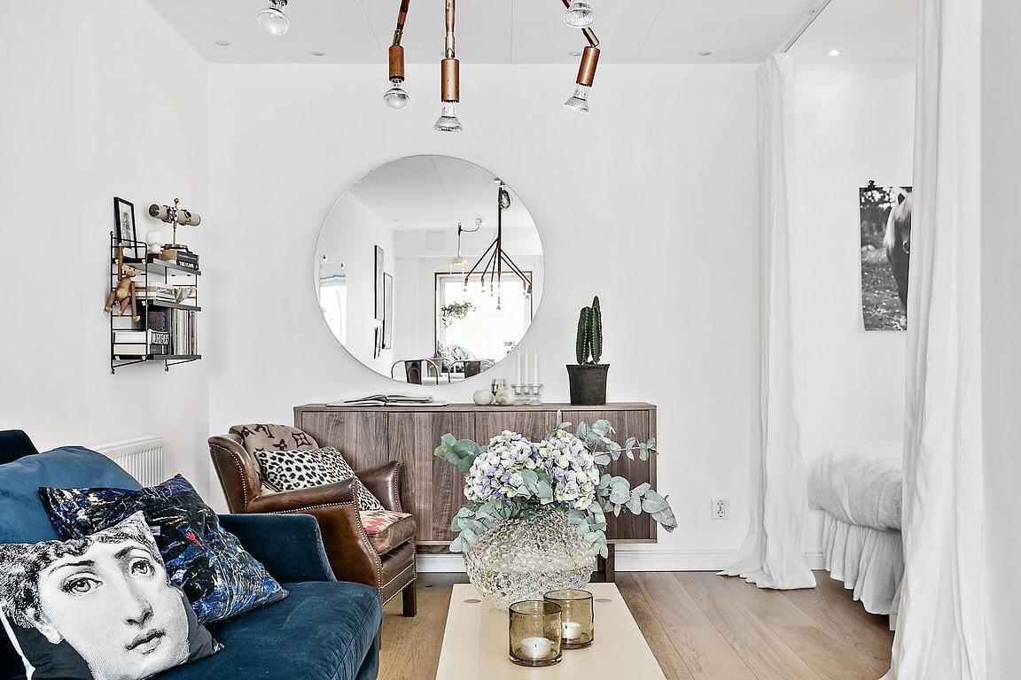 гостиная столик ваза цветы диван зеркало комод кресло