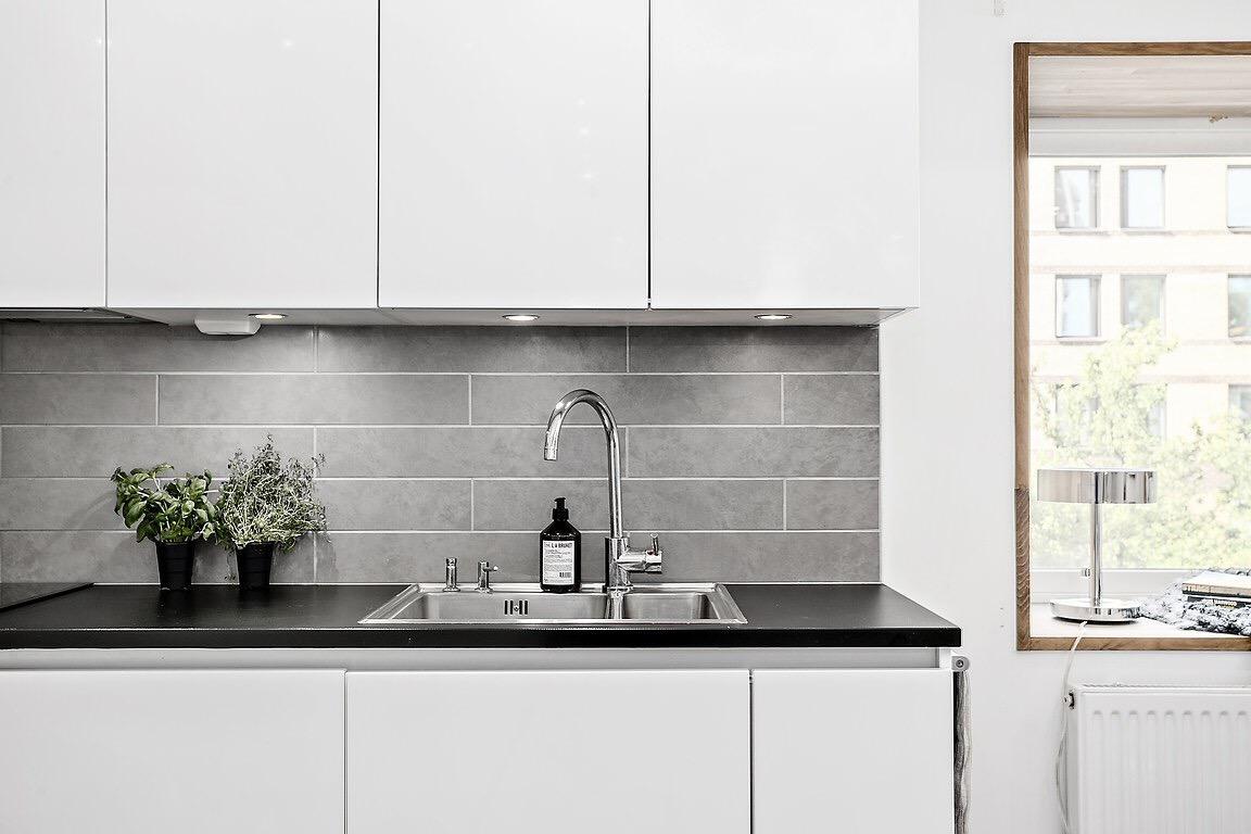 белая кухня плитка столешница мойка смеситель