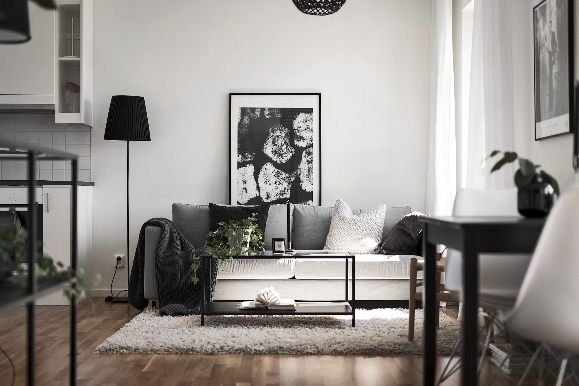 диван столик ковер подушки торшер