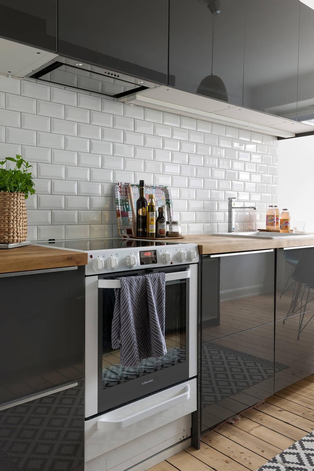 черная кухня деревянная столешница плитка кабанчик плита встроенная вытяжка
