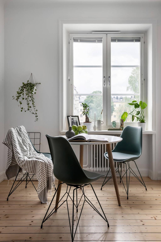окно подоконник обеденный стол стулья eames