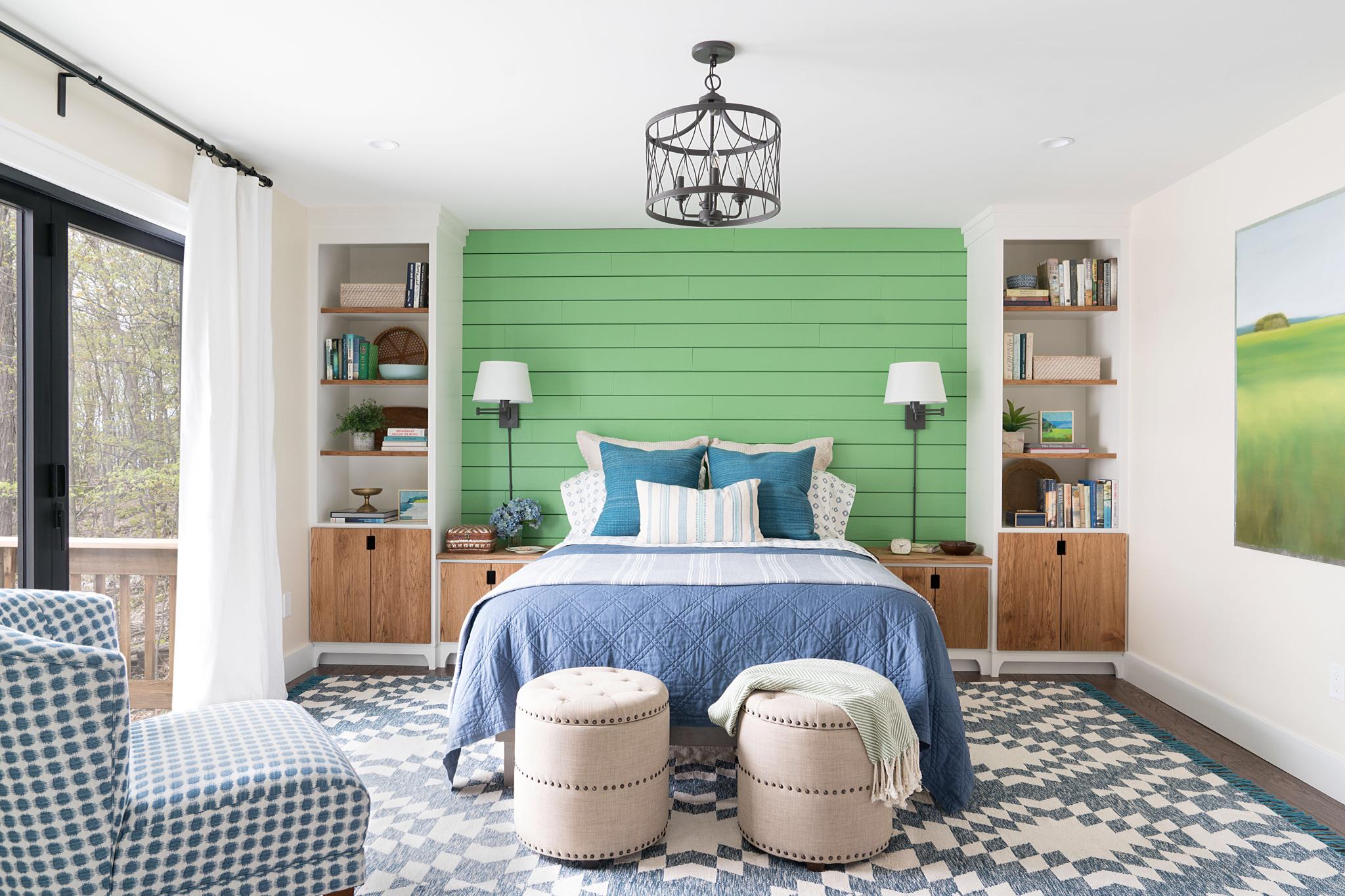 спальня стена изголовье полки кровать пуф ковер прикроватные лампы окно ковер
