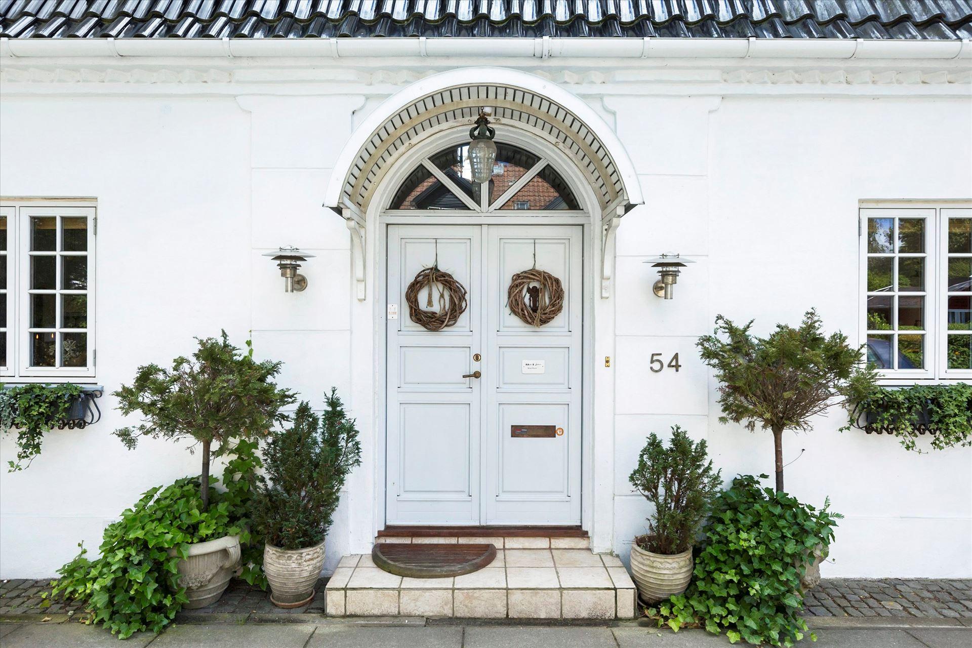 загородный дом входная дверь цветы