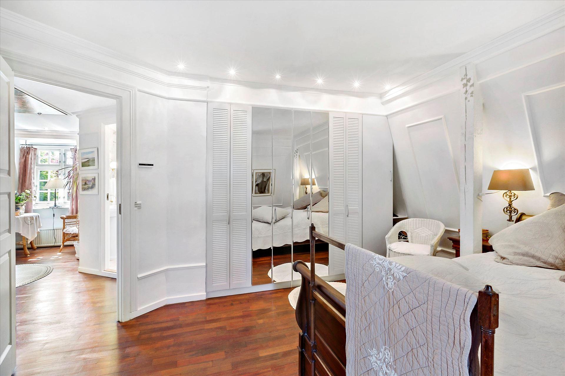спальня зеркальный шкаф