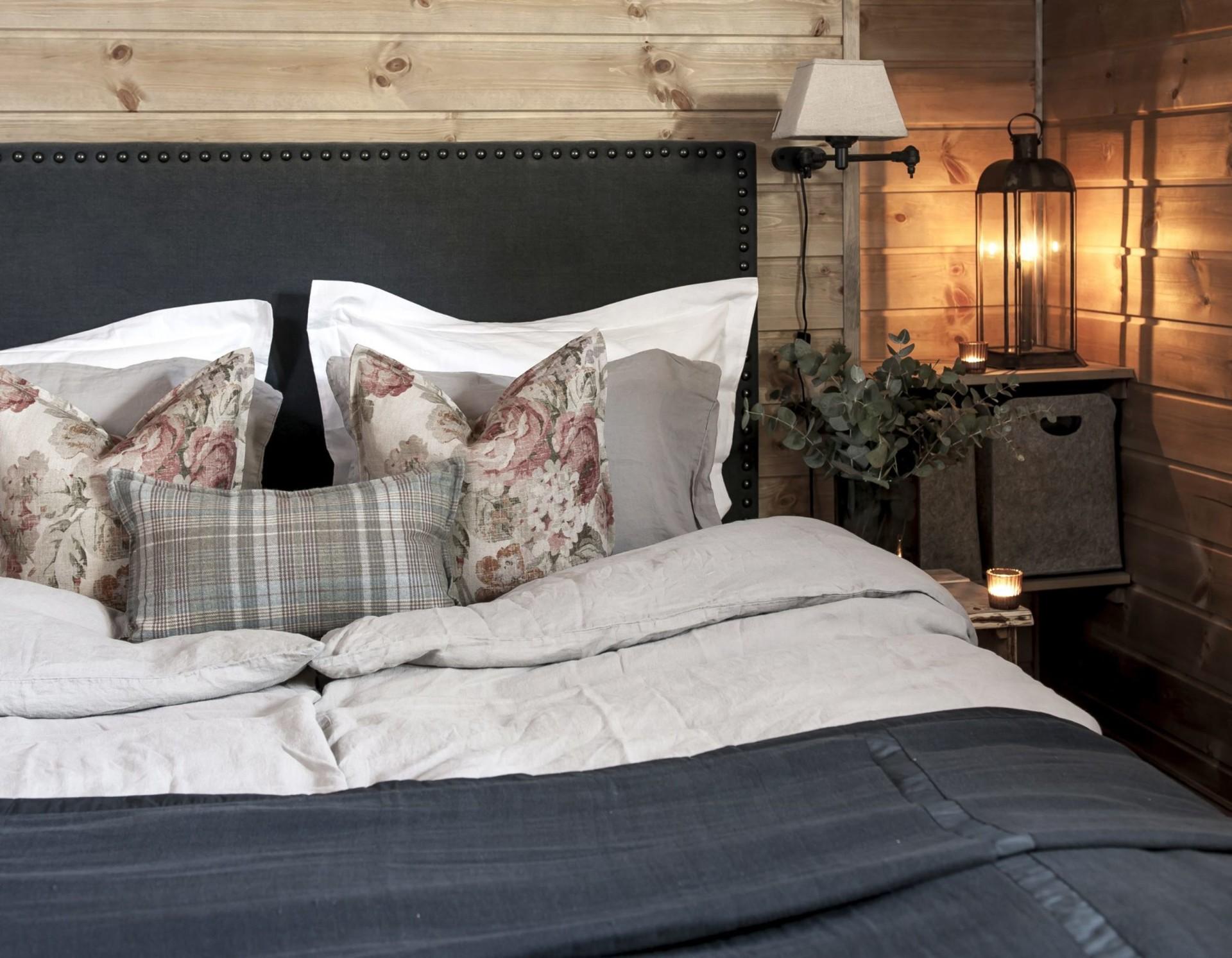 спальня кровать лампа