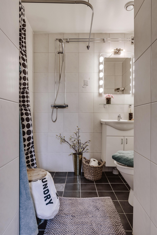 санузел душ раковина зеркало плитка корзина