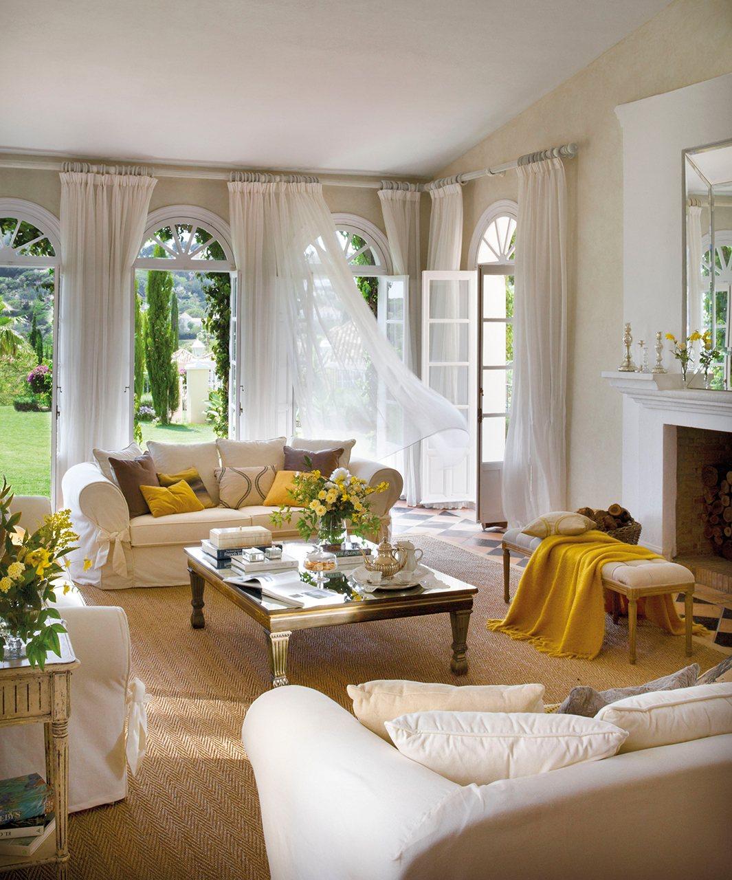 гостиная окна камин диван подушки столик журнальный банкетка