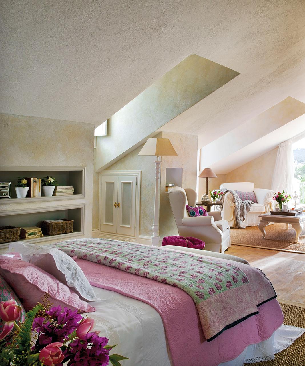 мансарда спальня кровать ниша кресло
