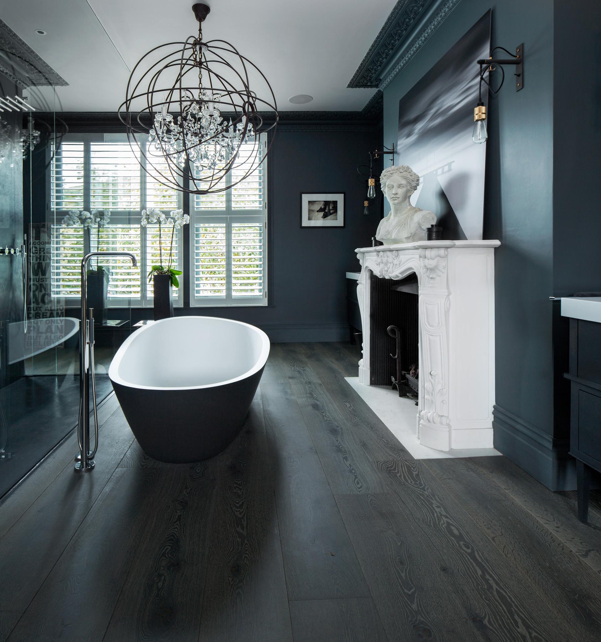 ванная комната ванна камин портал люстра окно жалюзи деревянный пол