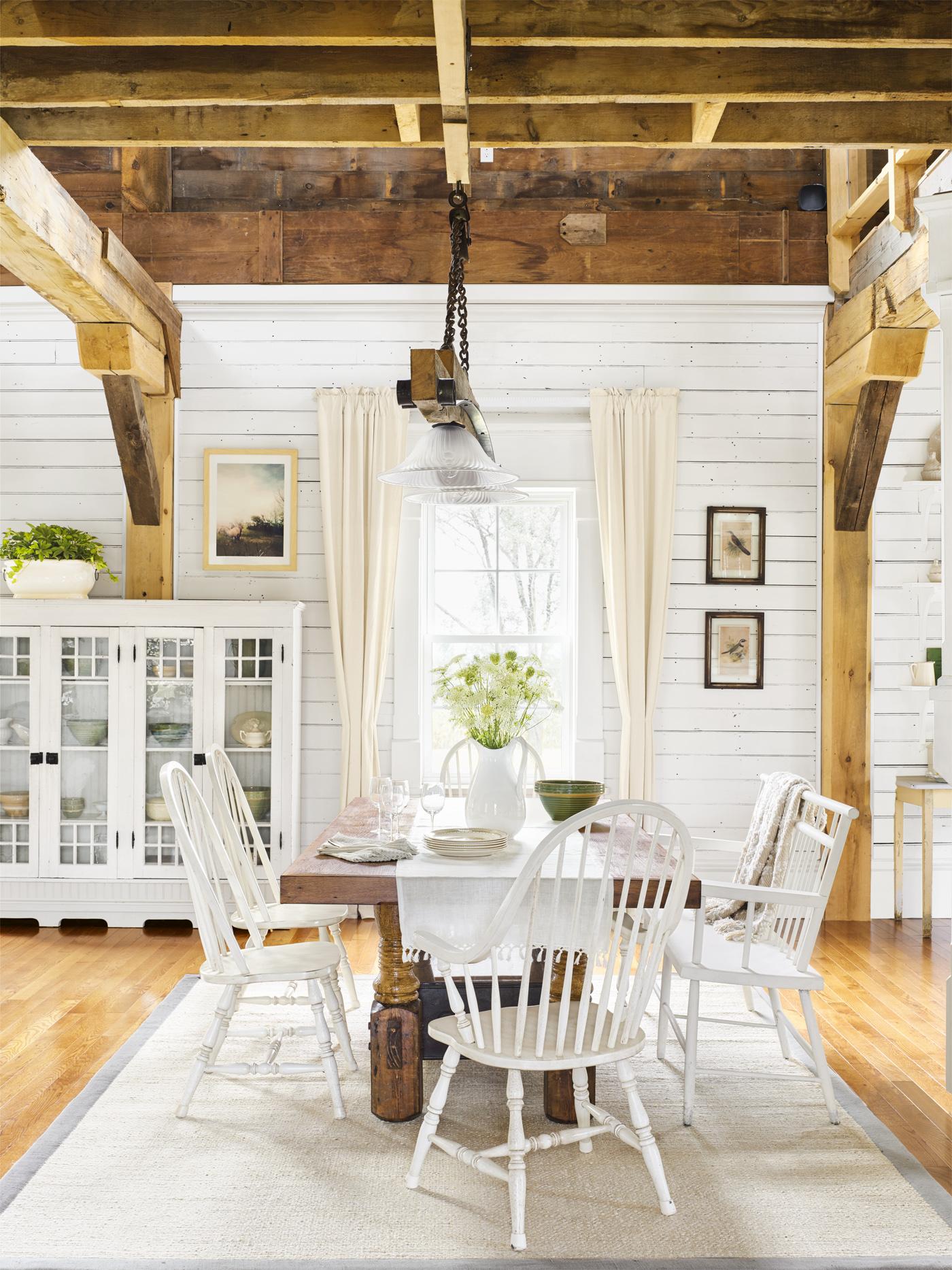 обеденный стол комод витрина потолок балки дерево