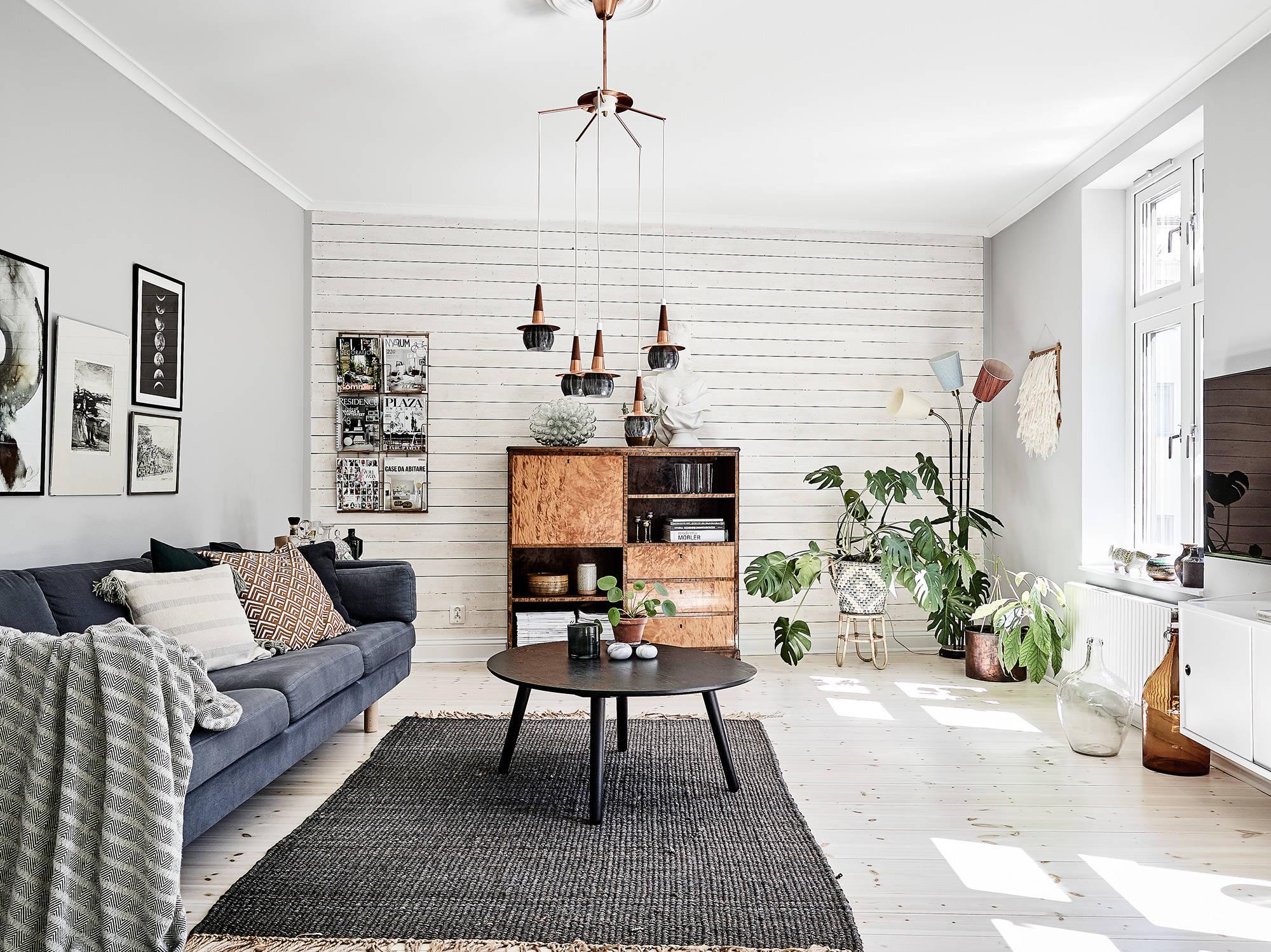 гостиная диван комнатные цветы