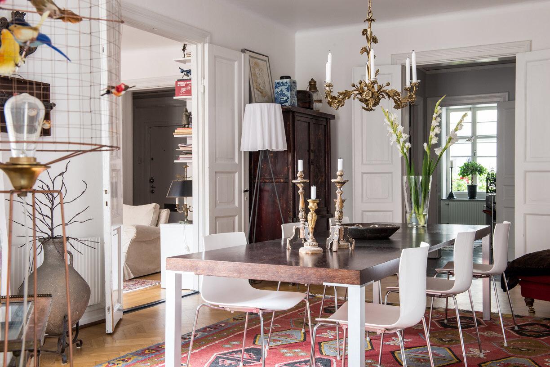 столовая обеденный стол стулья ковер килим
