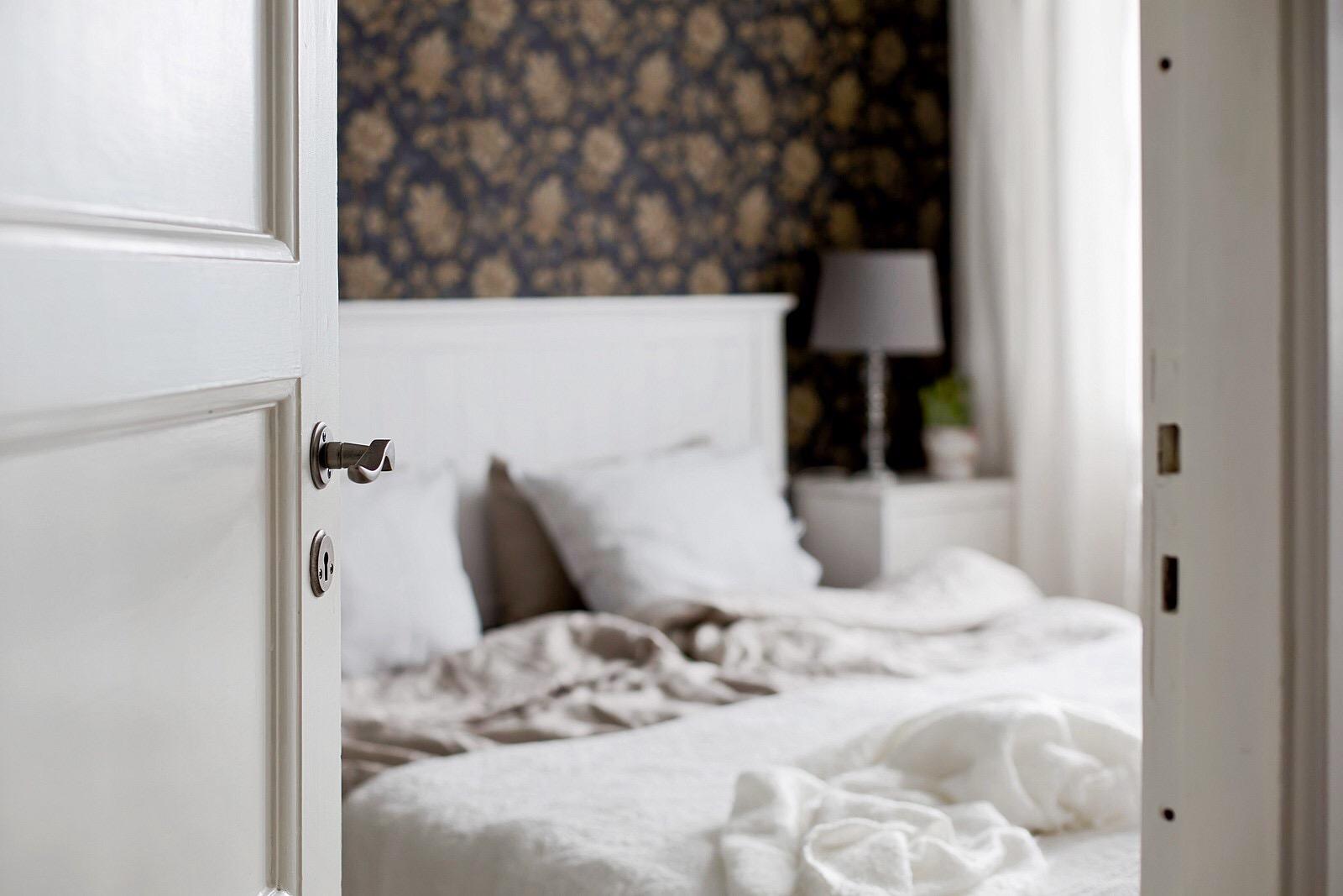 спальня кровать дверь