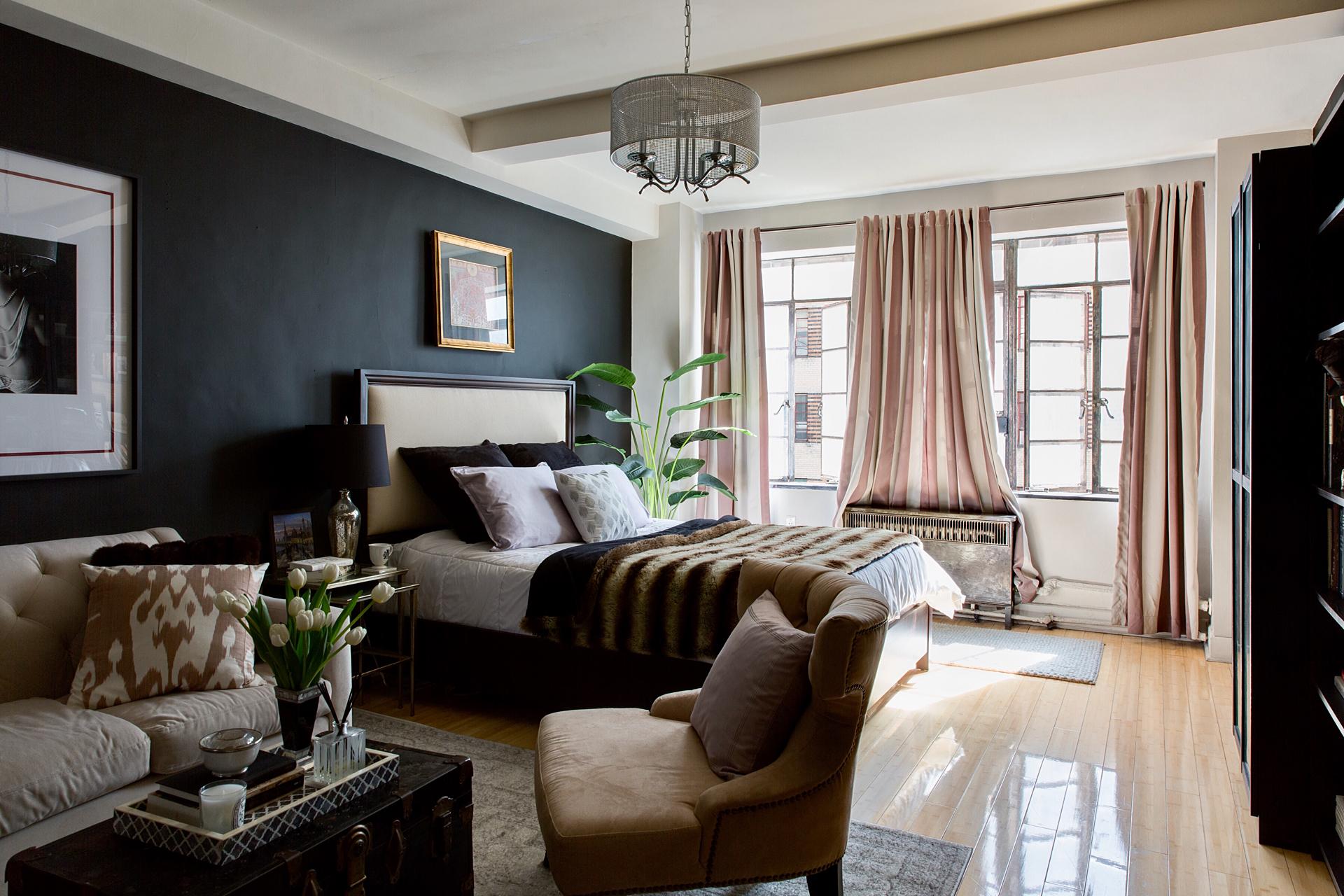 гостиная спальня кровать изголовье окно кресло