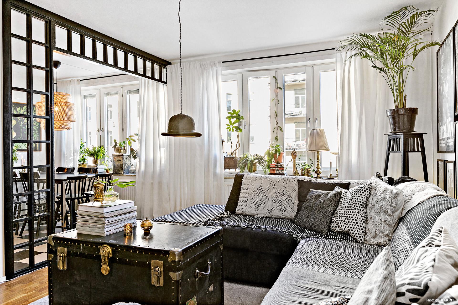 гостиная диван сундук подоконник межкомнатная перегородка комнатные цветы