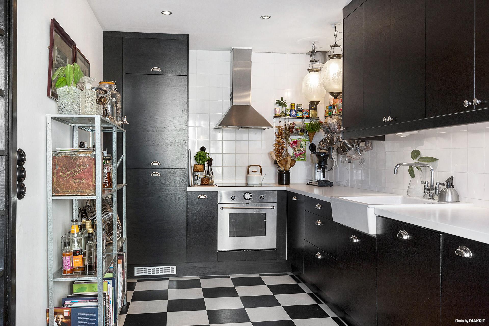 темная кухня стеллаж вытяжка плита