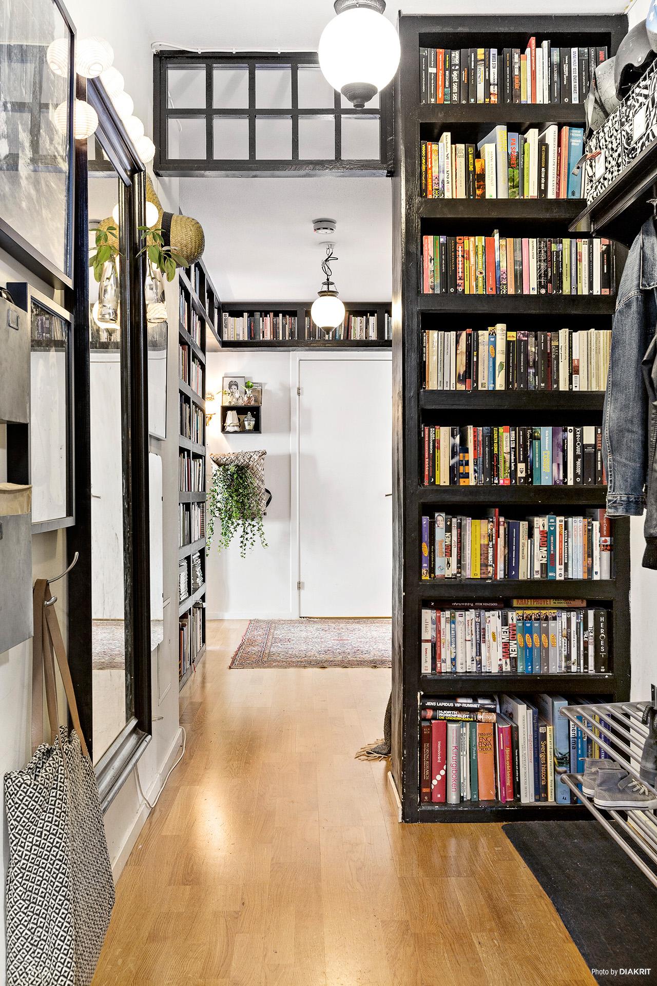 книжный стеллаж книги коридор зеркало