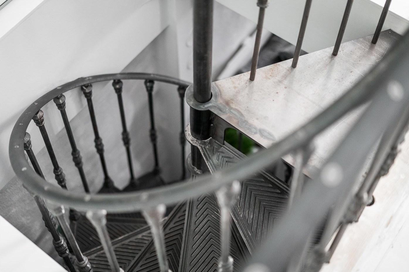 винтовая лестница металл ступени