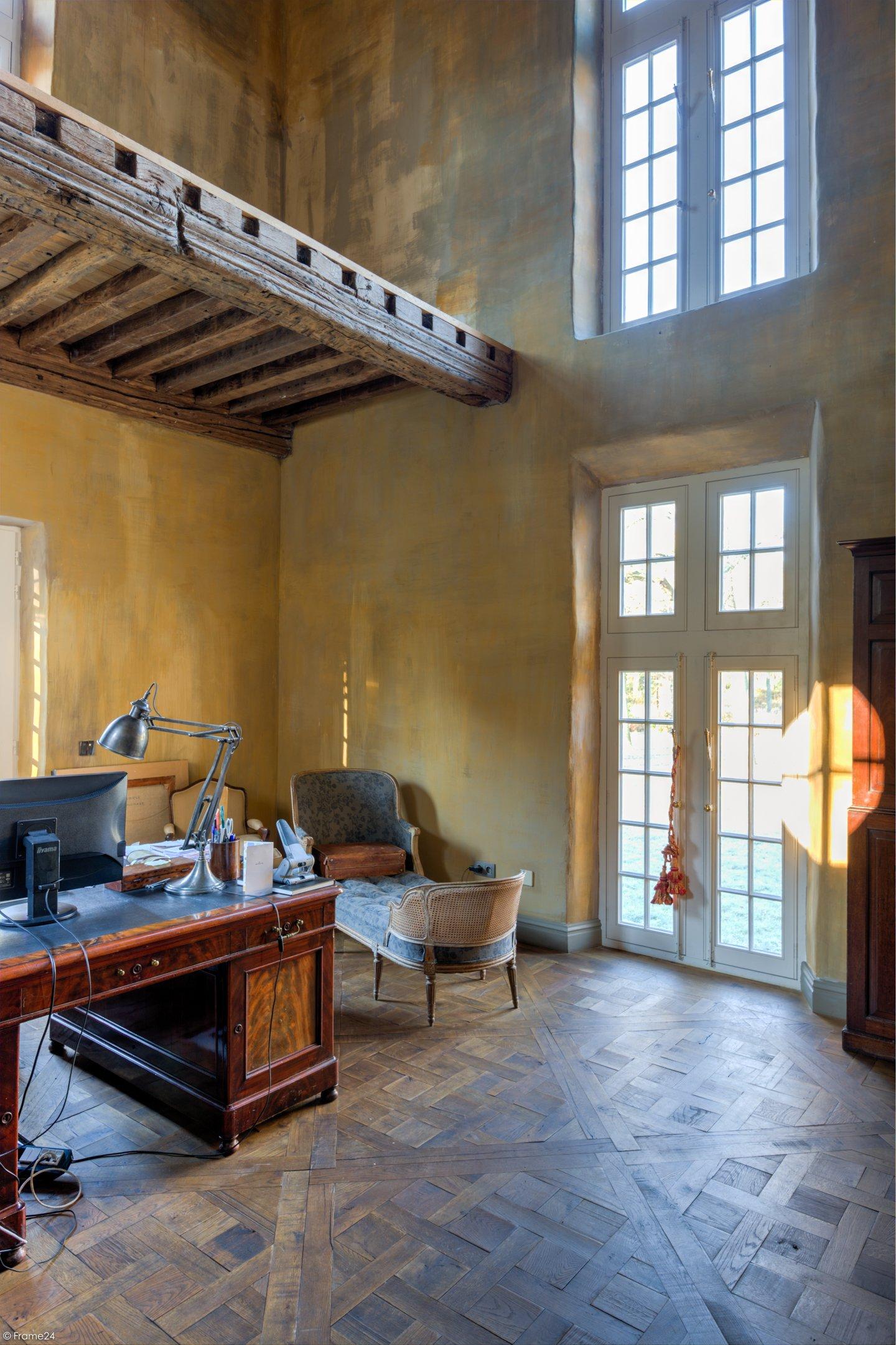 высокий потолок окна французские двери кабинет
