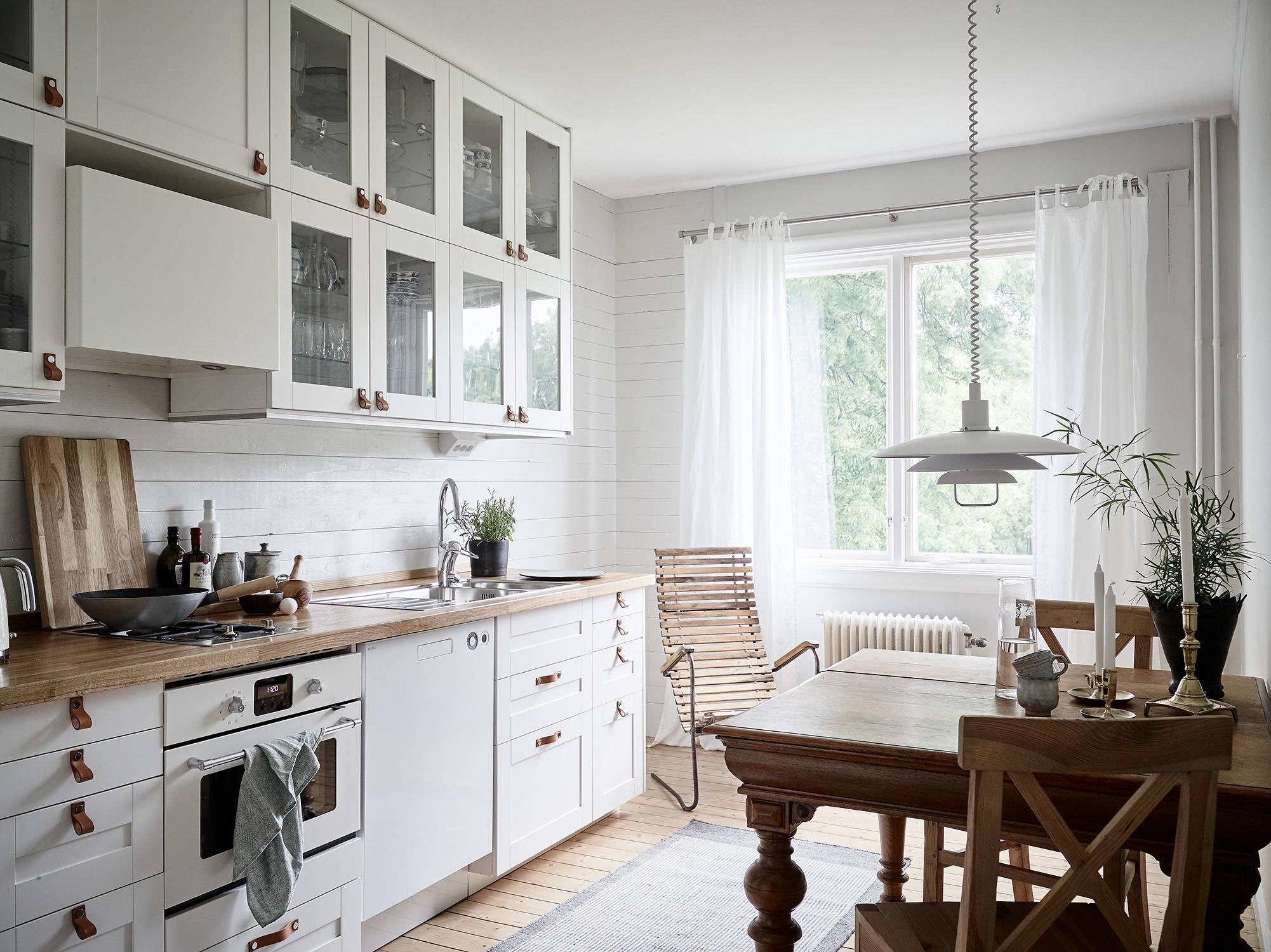 белая кухня деревянный стол