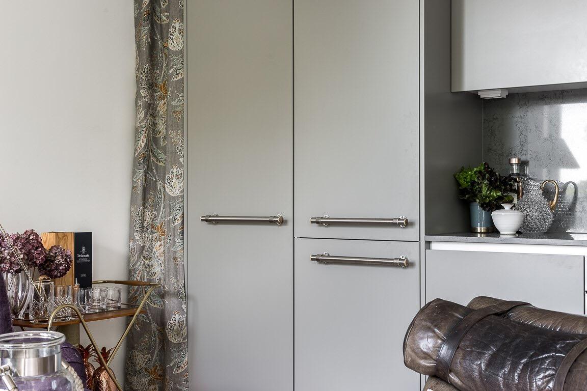 серая кухня шкаф ниша