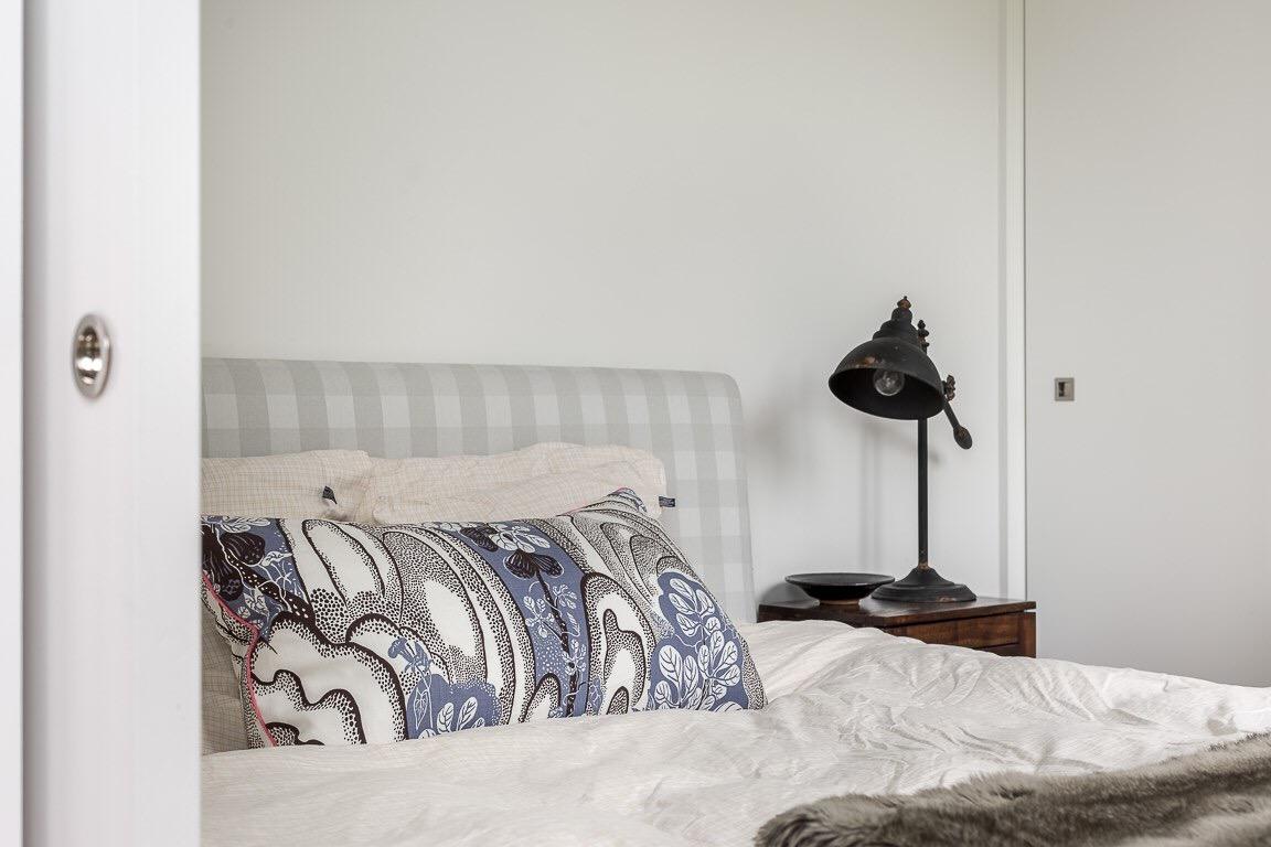 спальня прикроватная лампа