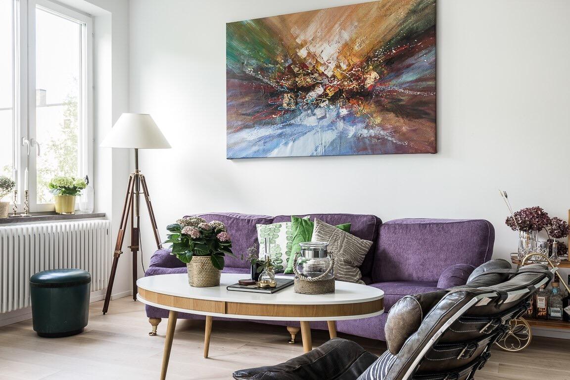 гостиная диван столик картина напольная лампа
