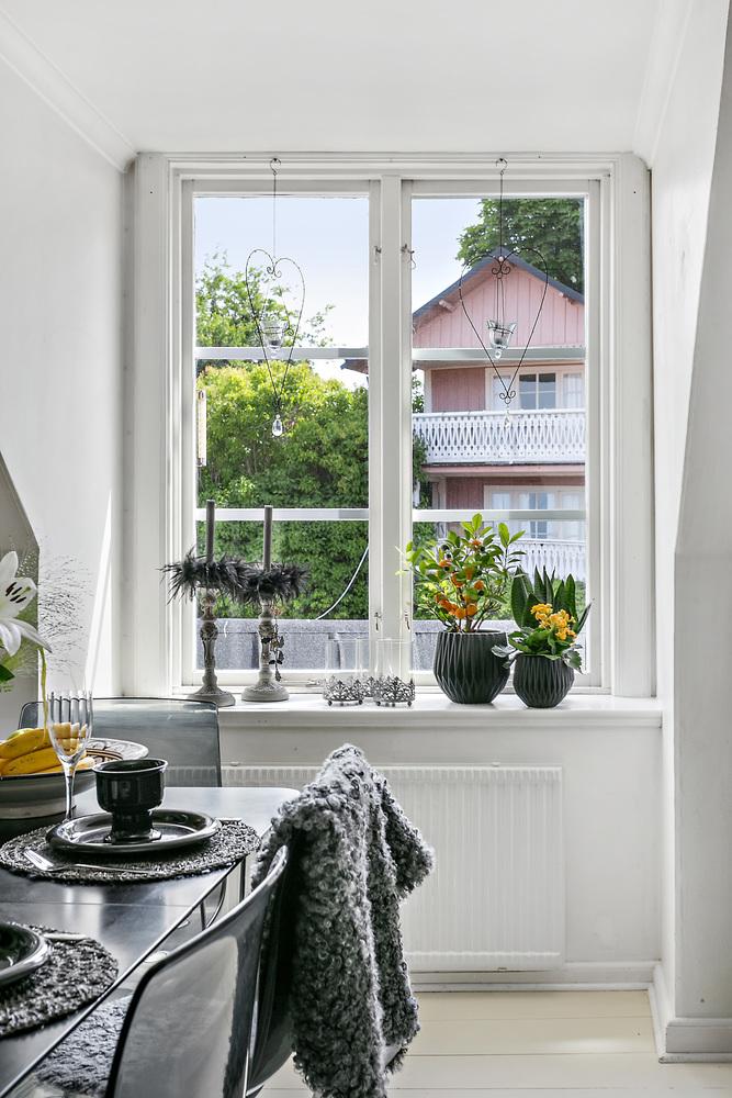 мансарда окно подоконник цветы подсвечник