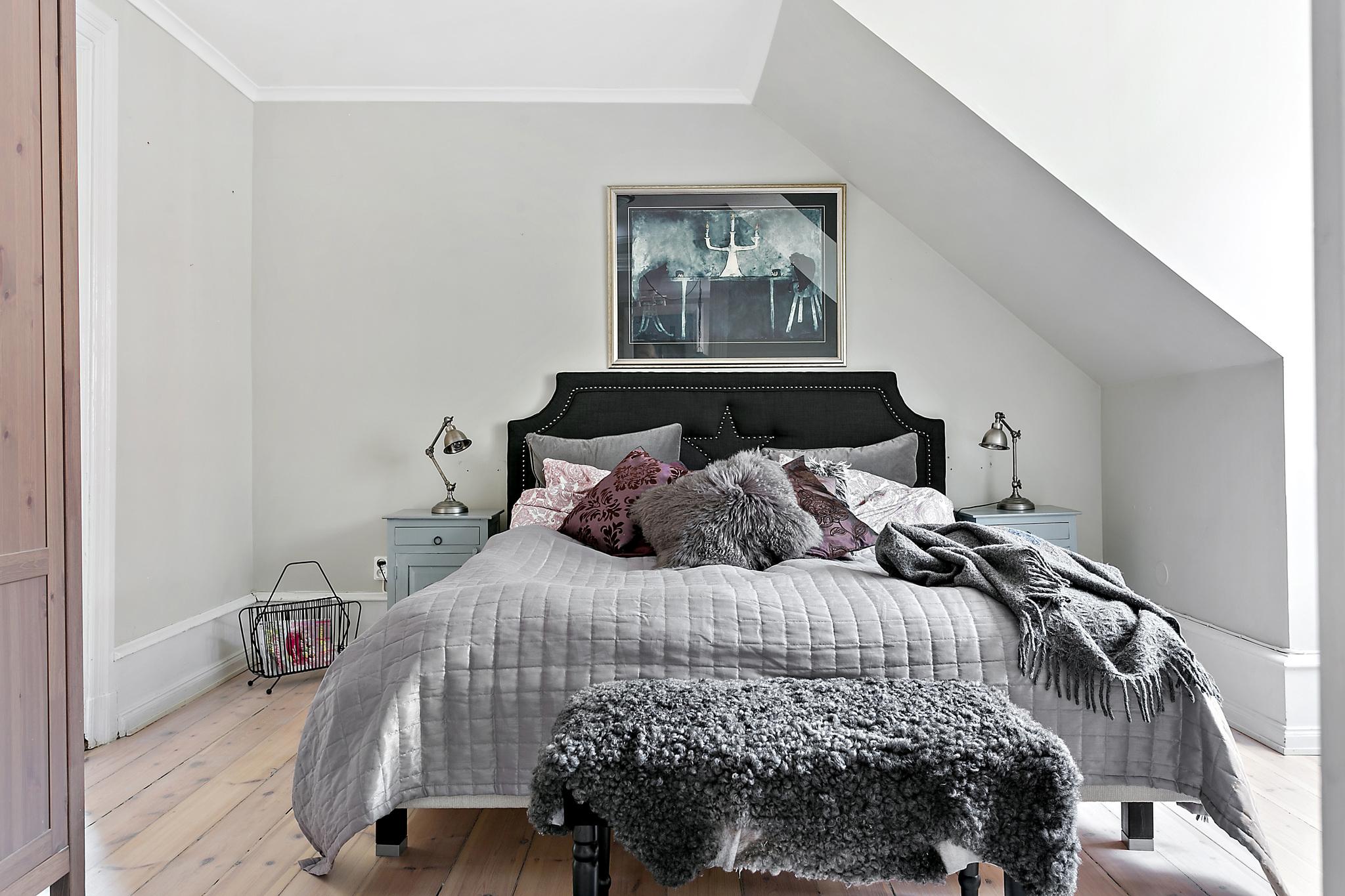 спальня кровать изголовье прикроватные тумбы лампы