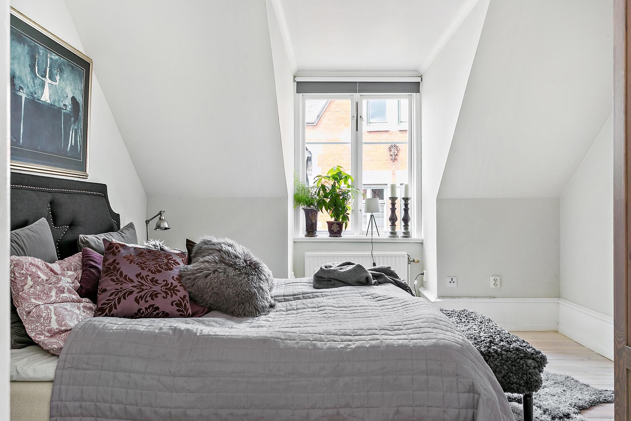 мансарда спальня кровать окно подоконник цветок