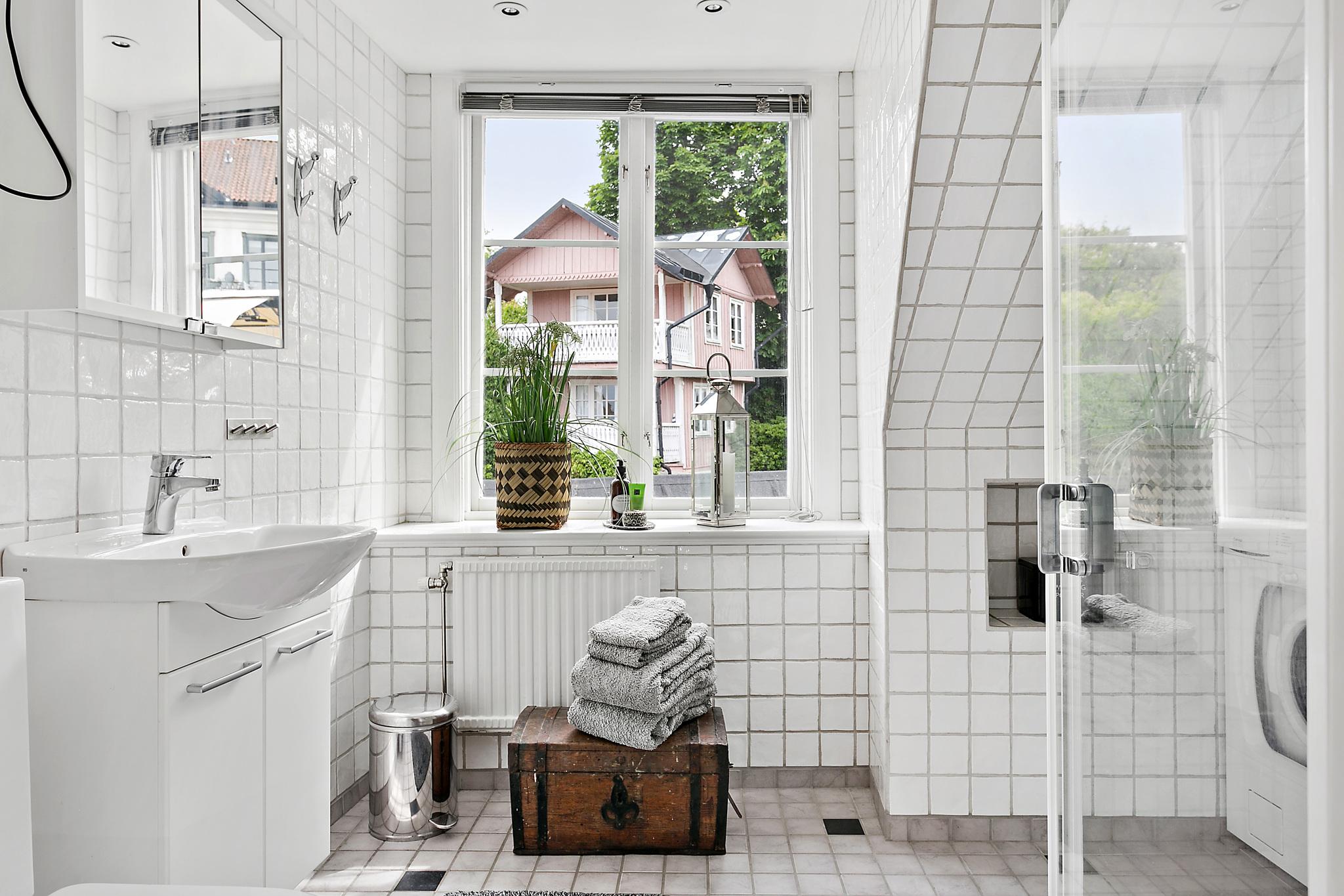 мансарда окно сундук белая плитка душевая раковина