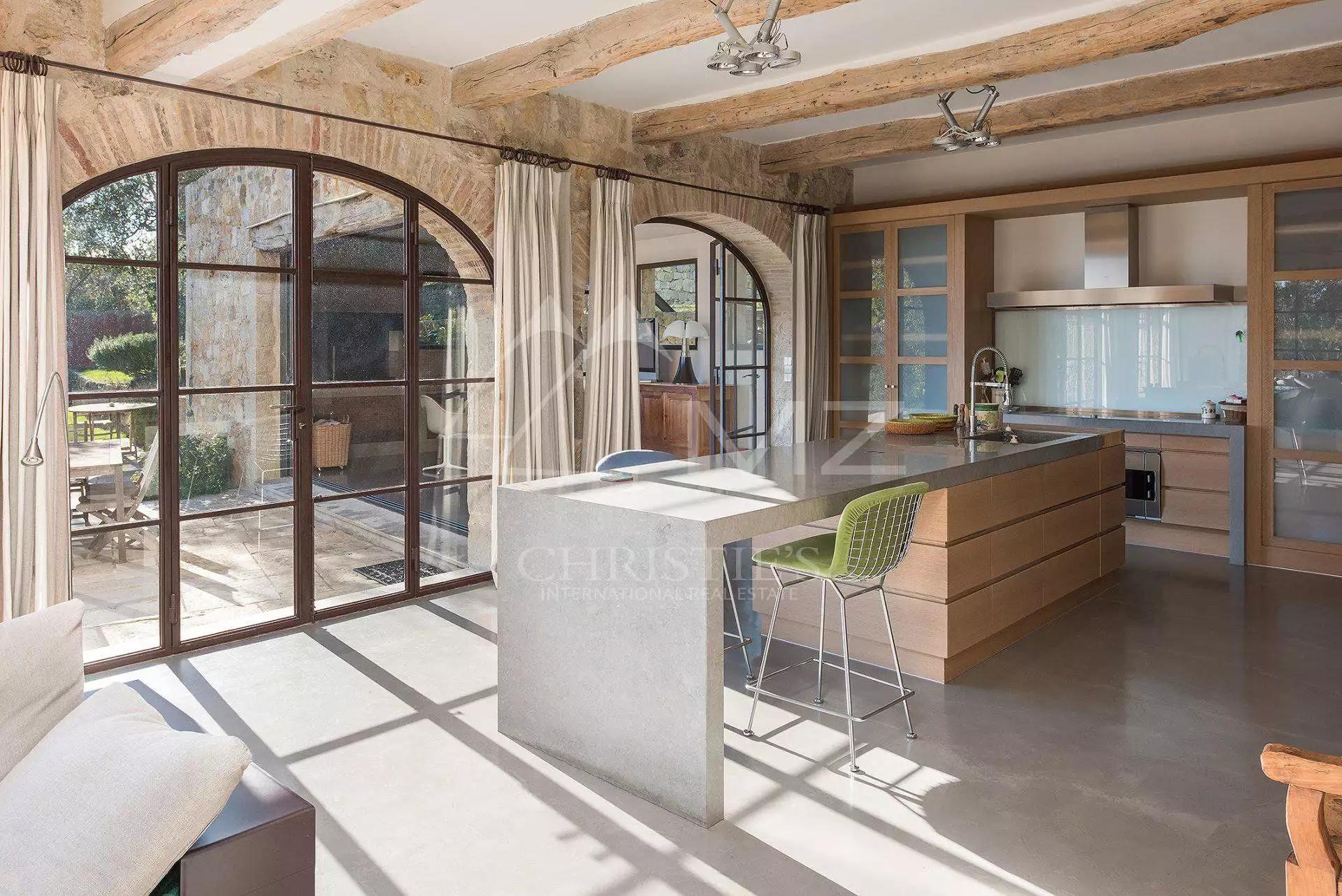 кухонный остров плита вытяжка панорамное остекление шторы