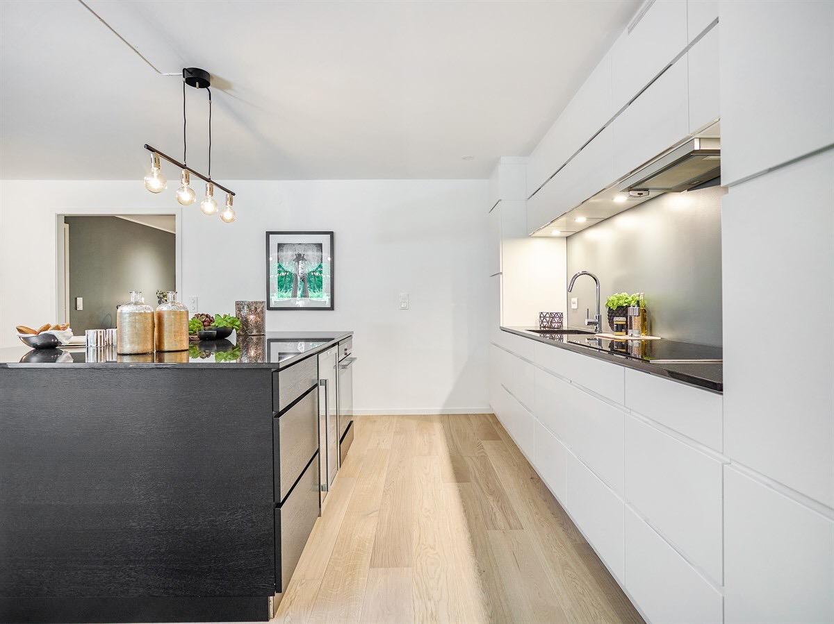 белая кухня кухонный остров лампа