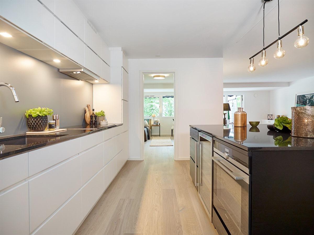 белая кухня кухонный остров встроенная техника