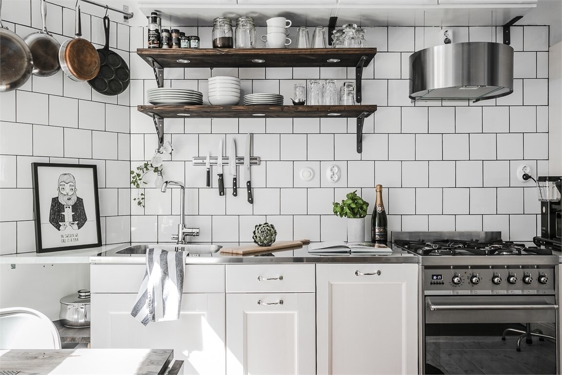 кухня белая плитка полки плита вытяжка мойка
