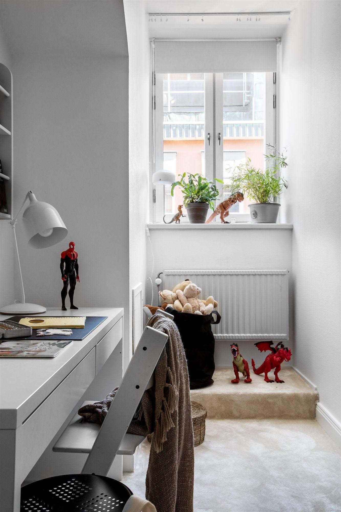 детская комната стол окно