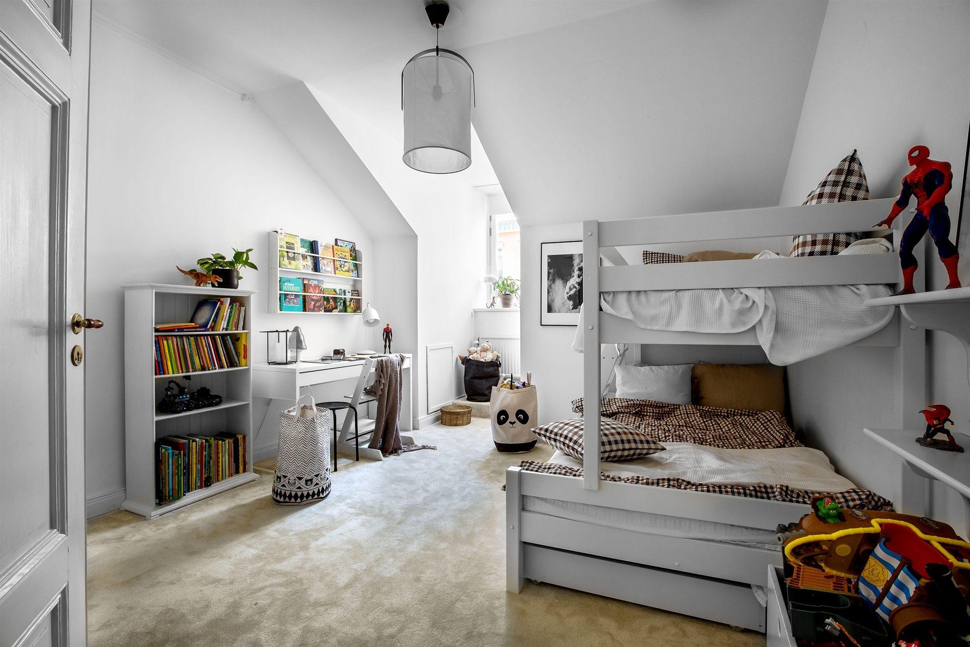 мансарда детская комната двухъярусная кровать