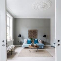 гостиная потолок лепнина диван лампы столик