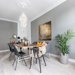 деревянный стол стулья люстра цветок