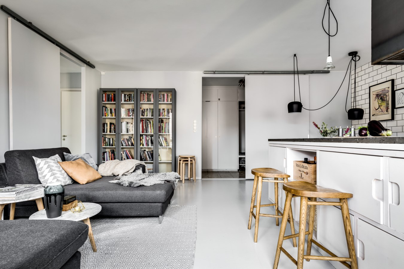 кухня гостиная диван книжный шкаф