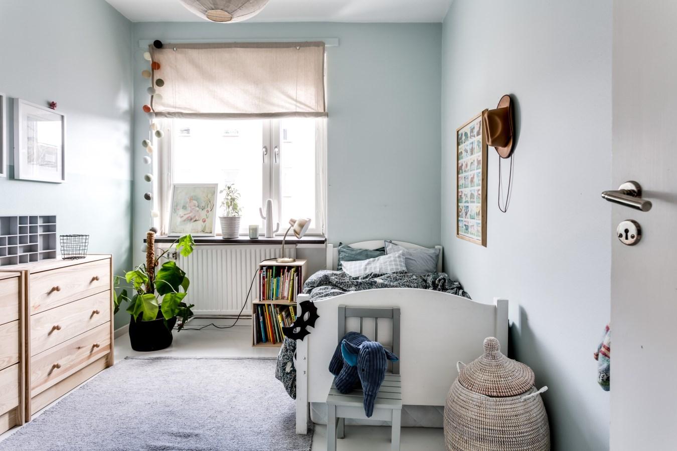 детская спальня кровать окно