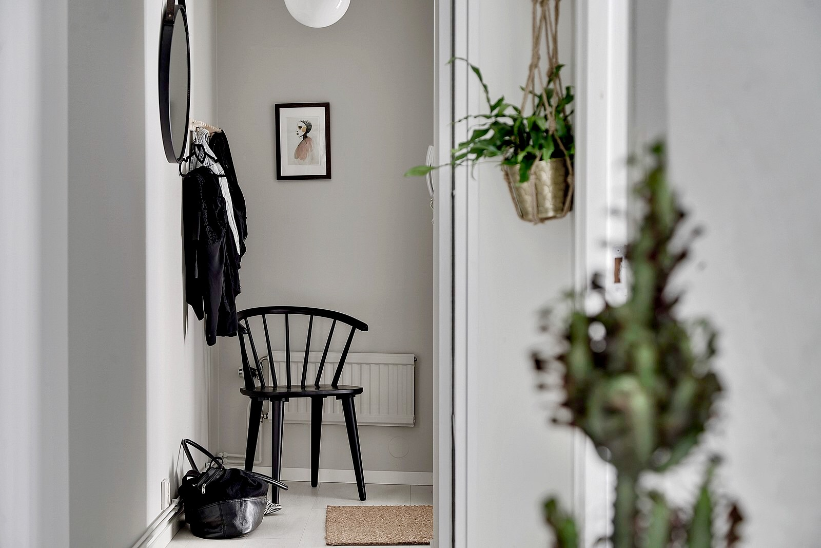 коридор кашпо стул зеркало одежда