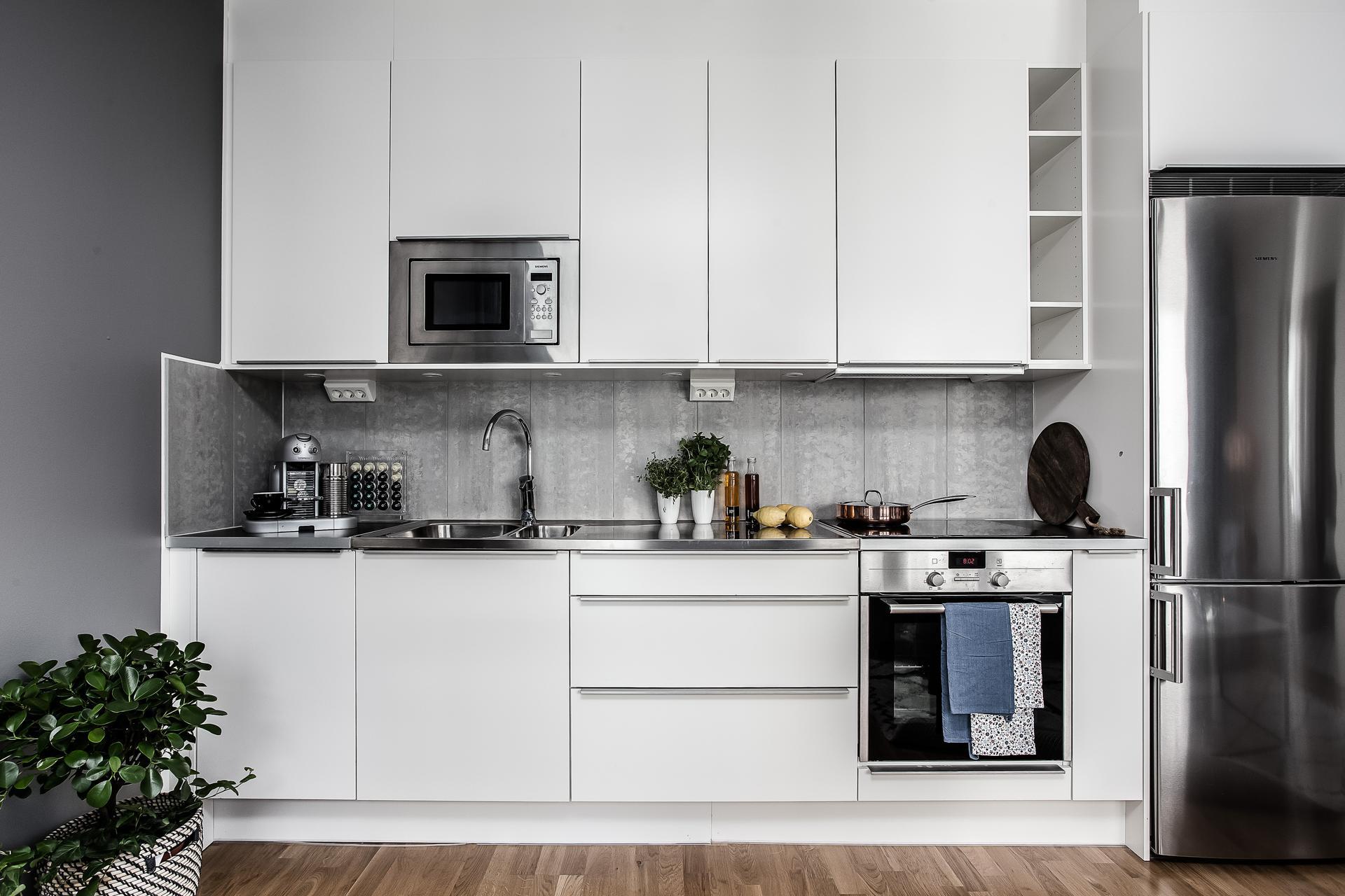 белая кухня плита встроенная вытяжка мойка смеситель микроволновая печь холодильник