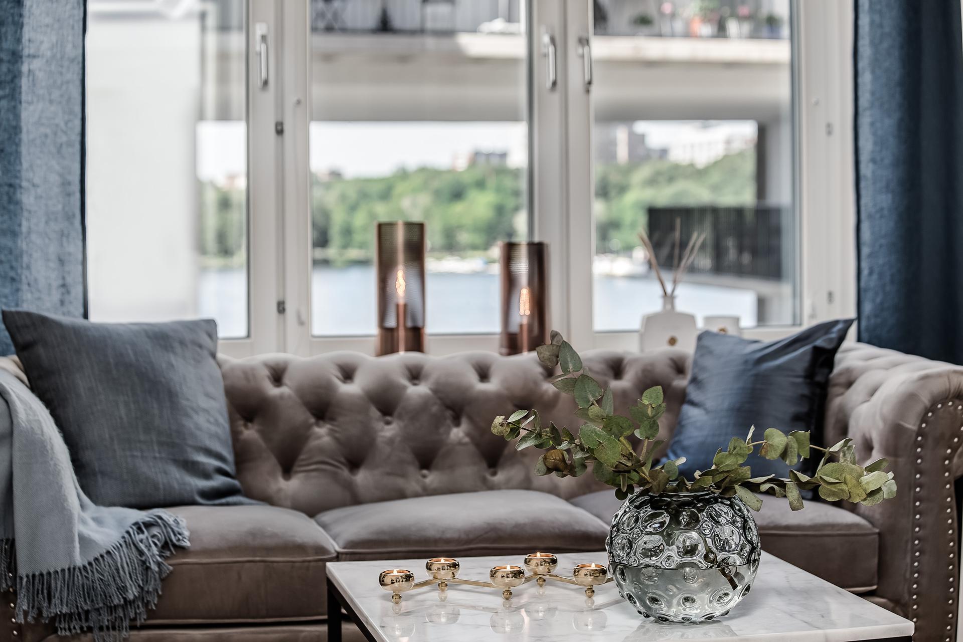 гостиная окно диван с утяжками столик ваза цветы