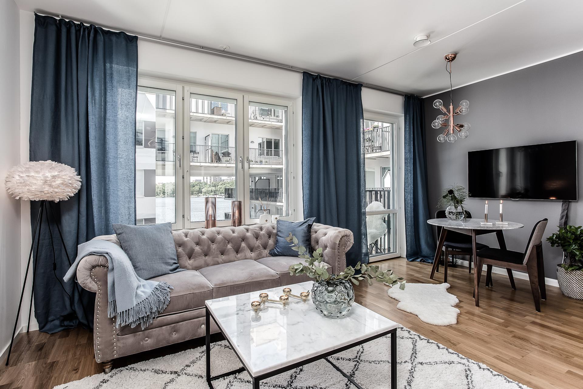 гостиная диван окно балкон стол стулья телевизор ковер