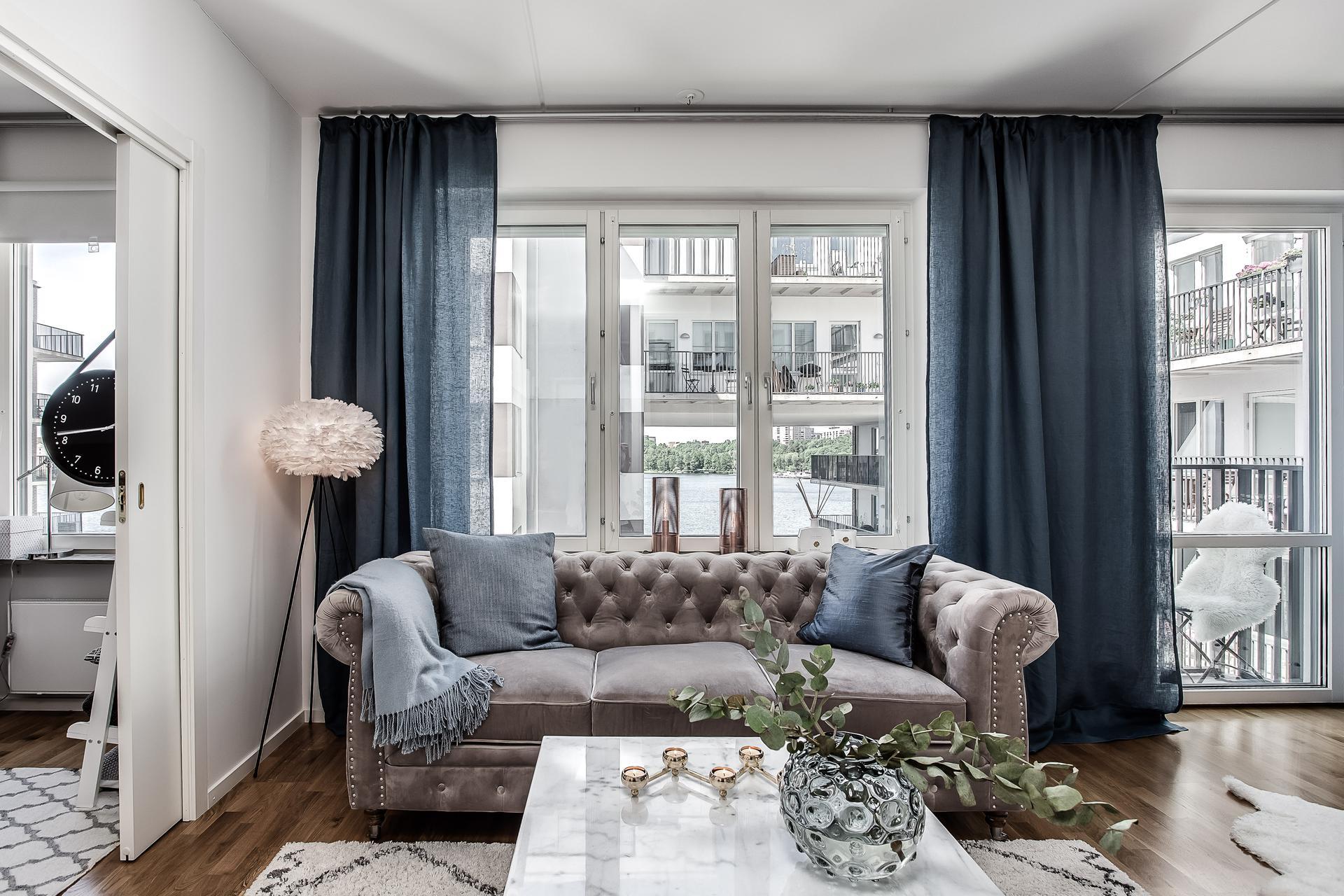 Окно шторы диван напольный светильник перья столик ваза цветы ковер